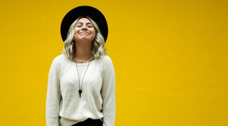 Cienki sweter jako podstawa jesiennej garderoby - poznaj najlepsze stylizacje